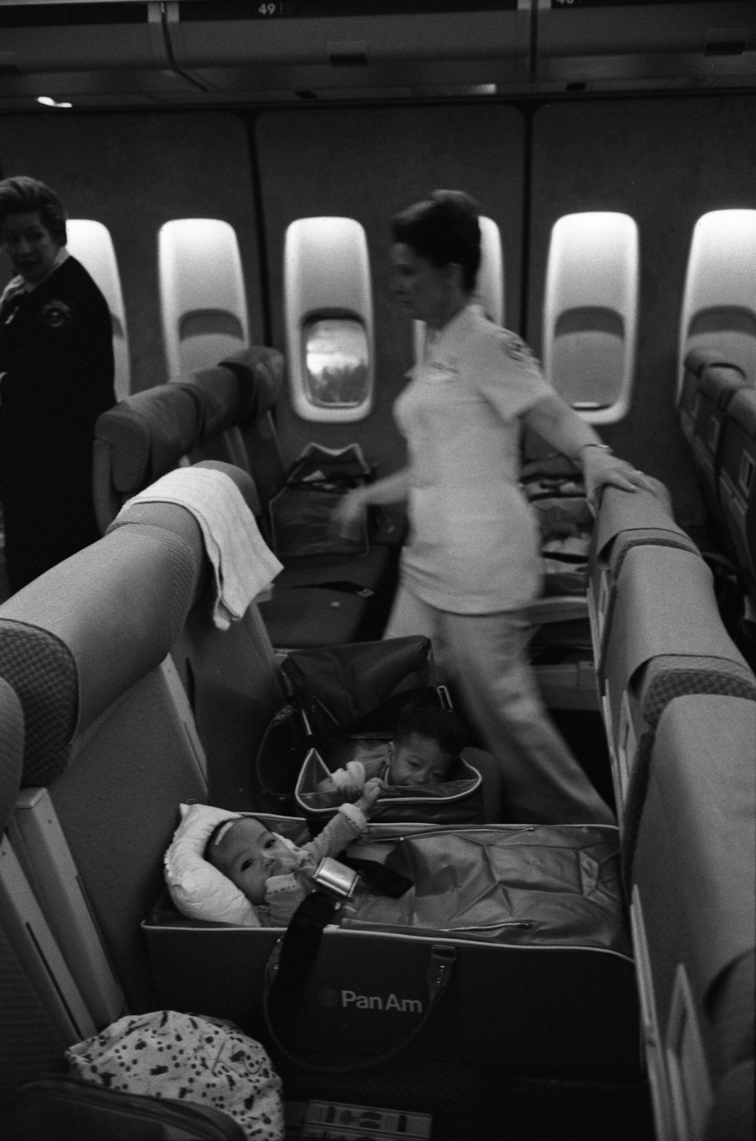 nurses-and-vietnamese-refugee-children-on-an-operation-babylift-flight-upon-52f032-1600